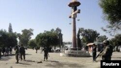 阿富汗警察在現場調查自殺炸彈事件