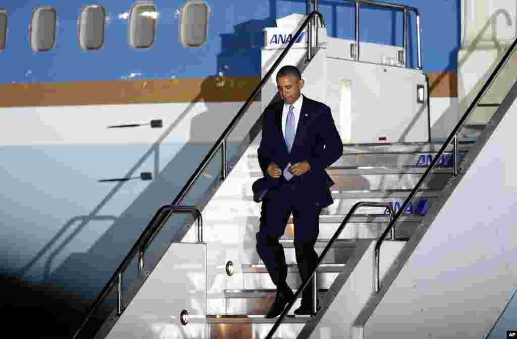 Presiden AS Barack Obama menuruni tangga pesawat saat tiba di Bandar Udara Internasional Haneda di Tokyo (23/4).