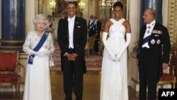 Hoàng tế Philip (phải), và Nữ hoàng Elizabeth (trái), tiếp đón Tổng thống Hoa Kỳ Barack Obama và Ðệ nhất phu nhân Michelle Obama khi ông bà đến thăm Anh quốc