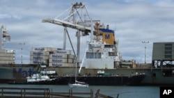 Tàu dỡ hàng ở cảng Oakland, bang California, Mỹ.