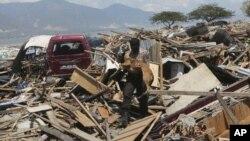 Tim penyelamat terus melakukan pencarian korban di Palu, Sulawesi Tengah, Rabu (3/10).