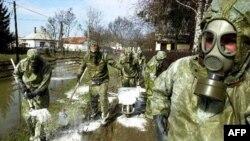 Nhân viên cứu hộ Hungary dọn dẹp một sân ngập bùn thải độc hại tại làng Kolontar, ngày 8/10/2010