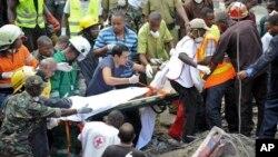 29일 탄자니아 다르에스살람의 건물 공사장에서 붕괴 사고가 발생한 가운데, 적십자 요원들이 사망자의 시신을 옮기고 있다.