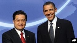 US President Barack Obama greets his Chinese counterpart Hu Jintao before a dinner at the Washington Convention Center during the Nuclear Security Summit in Washington, DC, April 12, 2010