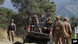 لائن آف کنٹرول کے قریب پاکستانی فوجیوں کی ایک پٹرولنگ پارٹی علاقے کی نگرانی کر رہی ہے۔ فائل فوٹو