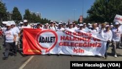 Abanyagihugu ba Turukiyamu myiyerekano yo kwiyamiriza ihohoterwa rikorwa na Prezida Erdogan.