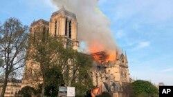 ພະວິຫານ ນໍເທຣີ ດາມ (Notre Dame cathedral) ກຳລັງຖືກໄຟເຜົາໄໝ້ ເມື່ອ ວັນທີ 15 ເມສາ, 2019. ຄວັນຂະໜາດໃຫຍ່ ທີ່ພຸ່ງອອກມາຈາກດ້ານເທິງ ຂອງພະວິຫານ ແລ້ວຕົກລົງມາໃສ່ພວກນັກທ່ອງທ່ຽວ ແລະພວກຄົນອື່ນໆ ທີ່ຢູ່ໃນບໍລິເວນອ້ອມແອ້ມ ອັນເປັນສະຖານທີ່ສັນຍາລັກ ຢູ່ໃຈກາງນະຄອນປາຣີ.