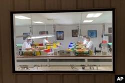 Karyawan di fasilitas pemrosesan almond di Steward & Jasper Orchards, Newman, California, 20 Juli 2021. (AP)