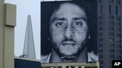 Iklan produsen sepatu olahraga Nike dengan gambar mantan pemain Liga Futbol Nasional (NFL) yang menjadi aktivis, Colin Kaepernick (foto: ilustrasi).