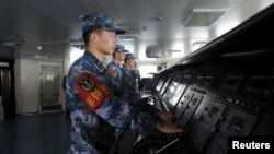 지난해 11월 중국의 첫 항공모함 랴오닝 함 내에서 중국 해군들이 훈련 중이다.