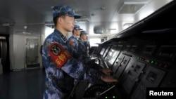 中国航母辽宁号上的海军士兵正在操作