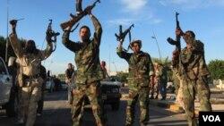 Para tentara Dewan Transisi Nasional Libya merayakan kematian mantan pemimpin negaranya, Moammar Gaddafi, Kamis (20/10).