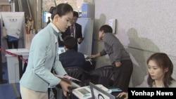 4·13 총선 사전투표 첫 날인 8일 인천국제공항에 마련된 사전투표소에서 한 스튜어디스가 투표하고 있다.