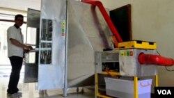 Fandri Christanto, Mahasiswa Jurusan Teknik Elektro Universitas Katolik Widya Mandala Surabaya menunjukkan alat pengering krupuk buatannya (Foto: VOA/Petrus Riski).
