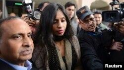 Nhà ngoại giao Ấn Độ Devyani Khobragade (giữa) trên đường đến gặp Bộ trưởng Ngoại giao Ấn Độ Salman Khurshid tại New Delhi, 11/1/2014