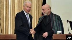 سهرۆکی ئهفغانی حامد کارزای له میانهی کۆنگرهیهکی ڕۆژنامهوانی له کابول لهگهڵ جێـگری سهرۆکی ئهمهریکا جۆ بایدن تهوقه دهکات، سێشهممه 11 ی دوازدهی 2011