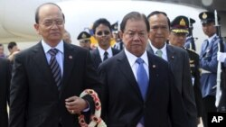 Presiden Burma President Thein Sein (kiri) disambut oleh wakil Perdana Menteri Thailand, Yuthasak Sasiprapa, (dua dari kiri) setibanya di bandara Don Muang, Bangkok (22/7).