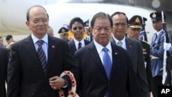 Phó Thủ tướng Thái Lan Yuthasak Sasiprapa đón Tổng thống Miến Điện Thein Sein tại sân bay Don Muang, Bangkok, ngày 22/7/2012