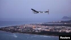 El avión experimental Solar Impulse 2 vuela hacia California habiendo partido desde Oahu, Hawái.