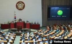 20일 정세균 국회의장이 본회의에서 정부조직법 개정안을 통과시키고 있다.