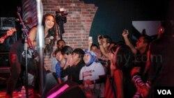 Tantri KotaK menghibur penonton Indonesia dan Amerika dalam konser di pinggiran kota Washington, DC (foto: Christian Arya Winata).