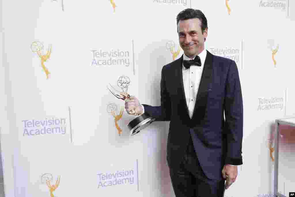 """جان هام بازیگر سریال """"مرد دیوانه"""" برنده جایزه امی بهترین نقش اول مرد در سریال های درام - ۲۰ سپتامبر ۲۰۱۵"""
