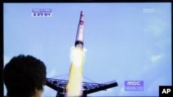 Warga Korea Selatan menyaksikan siaran TV yang mensimulasikan peluncuran roket Korea Utara lewat gambar komputer (13/4). Korut dilaporkan meluncurkan roket hari Jumat pagi.