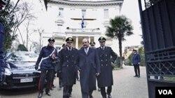 El embajador de Grecia en Roma, Michael E. Cambanis, tras el atentado contra la sede de la embajada griega en Italia.