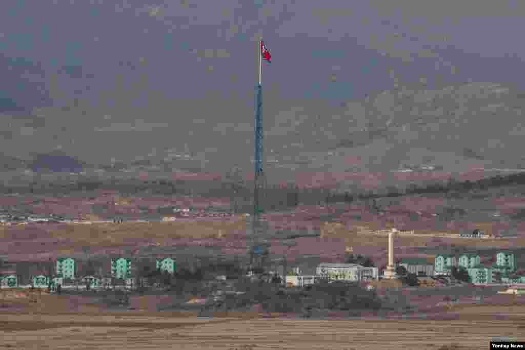 개성공단 폐쇄 1년(2월 10일)을 앞둔 6일 경기도 파주시 도라전망대에서 북한 기정동 인공기가 펄럭이는 모습이 보이고 있다.