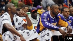 Kobe Bryant (G) ya Lakers Los Angeles na baninga baye Didier Ilunga-Mbenga (2e D) na Shannon Brown na Atlanta, Etats-Unis, le 29 mai 2009.
