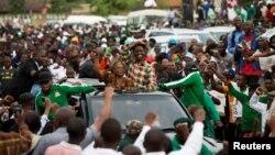 Le candidat présidentiel du Front patriotique Edgar Lungu et sa femme Esther se rendent à un rassemblement à Lusaka, Zambie, 19 janvier 2015.