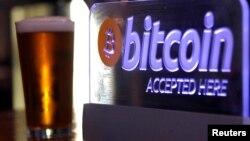 Un panneau indiquant l'acceptation du paiement par Bitcoin, en Australie, le 29 septembre 2015.