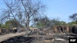 Desa Ngouboua, salah satu desa yang diserang militan Boko Haram, hangus terbakar setelah diserang kelompok militan itu (13/2/2015).
