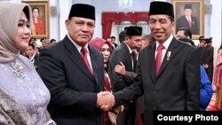 Presiden Joko Widodo bersalaman dengan Ketua KPK periode 2019-2023 Firli Bahuri usai pelantikan di Istana Negara, Jakarta, 20 Desember 2019 (foto dok. Biro Setpres)