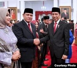 Presiden Joko Widodo bersalaman dengan Ketua KPK periode 2019-2023 Firli Bahuri usai di lantik, di Istana Negara , Jakarta , Jumat (20/12) (Biro Setpres)