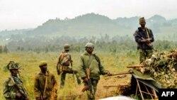 Ba sado ya mampinga ya Ekolo Congo démocratique likolo ya ngomba ya Kanyesheza, pene na ndeloa na Rwanda, Kivu, 15 1uin 2014.