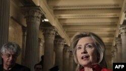 Ngoại trưởng Hoa Kỳ Hillary Clinton nói chuyện với các phóng viên tại Washington