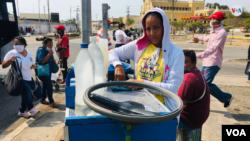 """""""Sí temo por mi salud y la de mis hijos, pero, si no trabajo, no comen"""", asegura Marilín Luján, vendedora ambulante de bebidas dulces en Maracaibo, Venezuela. [Foto: Gustavo Ocando Alex]"""