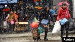 2016年1月31日湖北武汉携带行李离开火车站的旅客