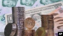 1달러 지폐(가운데)와 중국 인민폐.