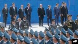 AQSh Mudofaa vaziri Jim Mattis Kiyevda Ukraina Mustaqilligi kuni munosabati bilan uyushtirilgan paradni tomosha qilmoqda, 24-avgust, 2017-yil