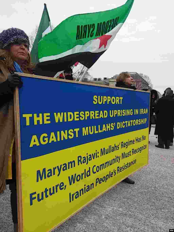 در کنار تجمعسازمان جوامع ایرانیان آمریکایی در مقابل کاخ سفید برای اعلام حمایت از اعتراضات در ایران، گروهی سوری نیز خواستار آزادی سوریه بودند.