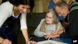 Sebuah penelitian baru menunjukkan merokok, baik aktif maupun pasif, dapat memicu atau mempercepat perkembangan demensia (foto: Dok).
