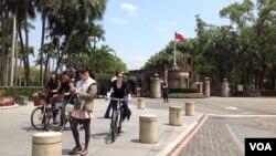 台湾著名学府-台大校本部的前门外景(2013年资料照片 美国之音杨晨拍摄)