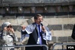 FILE - Turkish PM Davutoglu gave a speech at Diyarbakir after Friday prayers (Photo: Mahmut Bozarslan -VOA)