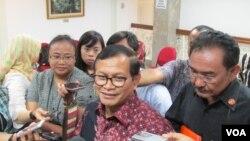 Sekretaris Kabinet Pramono Anung (tengah) memberikan penjelasan kepada media di Kantor Kepresidenan di Jakarta (VOA/Andylala).