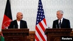 Le président afghans Ashraf Ghani, à gauche, et le ministre James Mattis, à droite, lors d'une conférence de presse à Kaboul, Afghanistan, le 27 septembre 2017.