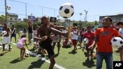 Miles de voluntarios, incluidos decenas de niños, preparan las actividades para la gran inauguración del próximo Mundial de Brasil