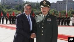O responsável pela Defesa Nacional dos Estados Unidos, Leon Panetta com o ministro da Defesa da China