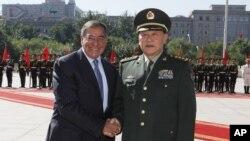 Menhan AS Leon Panetta berjabat tangan dengan Menhan Tiongkok Liang Guanglie dalam kunjungannya di Beijing, Selasa (18/9).